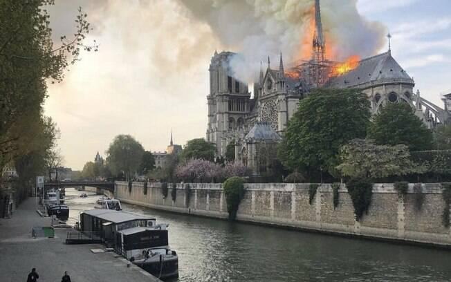 Internautas compartilharam vídeos e imagens do incêndio na Catedral de Notre-Dame em suas redes sociais
