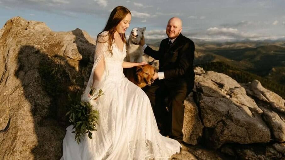 Rachel Franco e Alexander Oyen em foto de casamento com os dois penetras caninos, Freya e Bruno