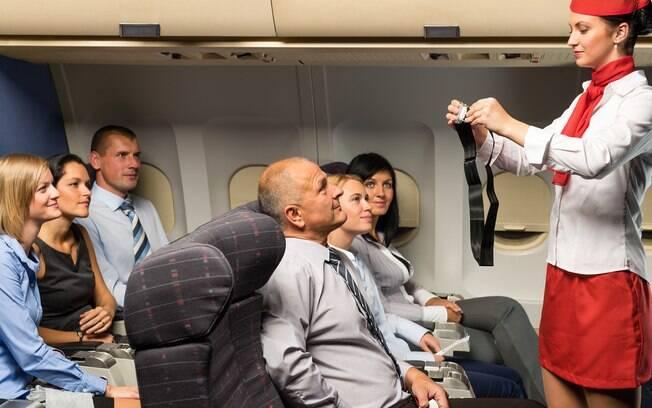 Quando um comissário de bordo estiver dando as orientações para o voo, respeite o momento e preste atenção nele