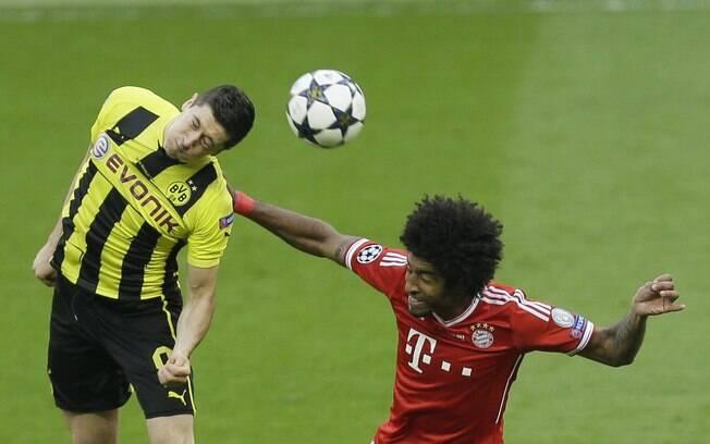 Lewandowski disputa bola com o brasileiro  Dante