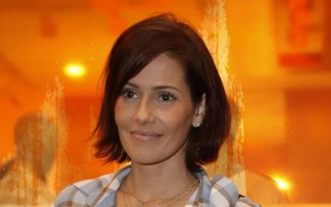 Deborah Secco cortou os cabelos, deixou de lado sua personagem sensual e ficou mais discreta
