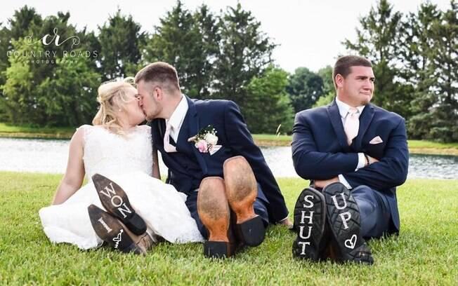 Os noivos e Mitch se conheceram no ensino médio e são amigos há sete anos