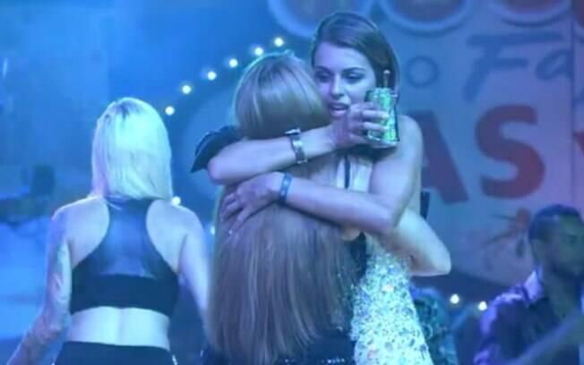 Angela e Aline se abraçam