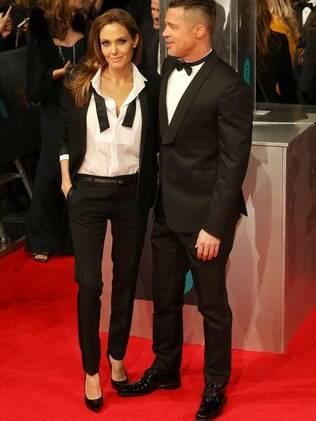 Angelina Jolie e Brad Pitt combinaram o look black tie no tapete vermelho do Bafta