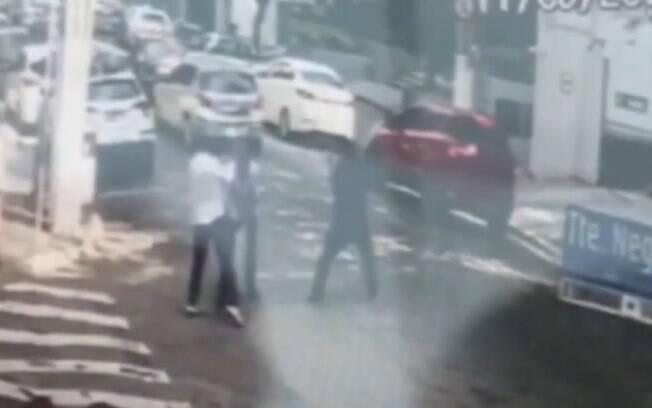 Câmeras de segurança flagraram momento no qual assaltante atirou no policial aposentado