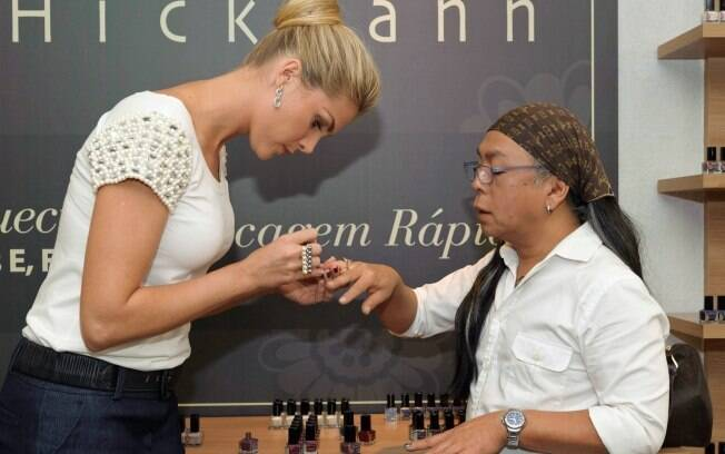 Ana Hickmann pinta as unhas do hair stylist Celso Kamura para exibir os produtos