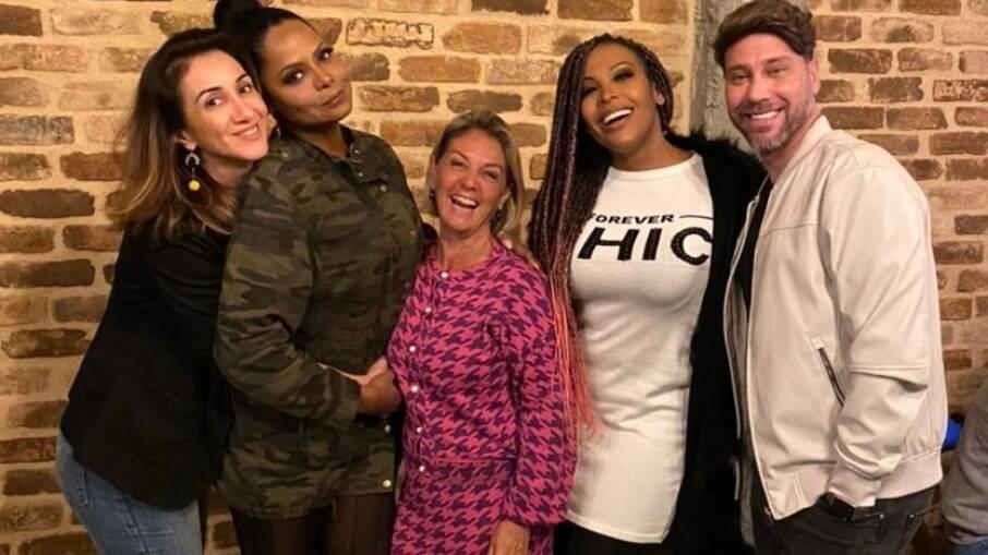 Adriana Bombom, Viviane Romanelli e Sol Vega são ladeadas pela empresária Isabel Zanchet e o RP Flávio Valle