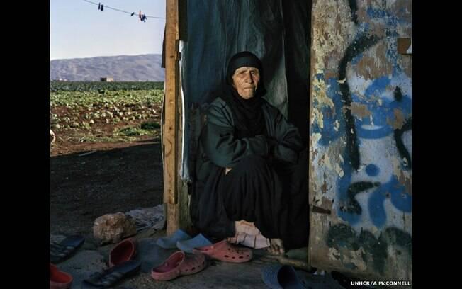 Andrew McConnell fotografou a refugiada síria Saada, 102. 'Saada é uma mulher resiliente. Perdeu 7 de 10 filhos, marido e agora, o país'. Foto: A. McConnell/Acnur