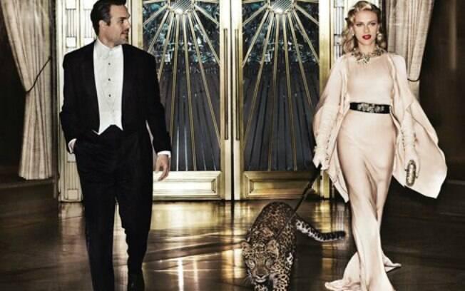Scarlett Johansson com a onça na coleira
