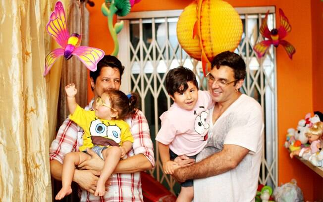 Angelo e André com os filhos, Jonathan e Valentina. Foto: André Giorgi