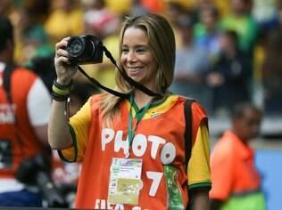 Danielle Winits usa colete especial e gera polêmica no Mineirão