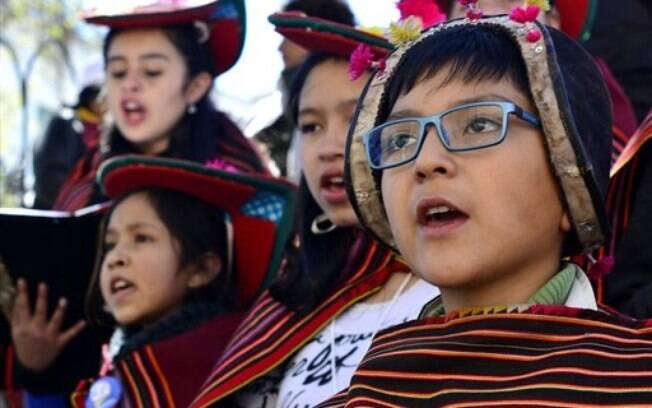 Milhares de fiéis recepcionaram o papa no caminho entre El Alto e La Paz, a capital do país, onde ocorreu uma missa. Foto: AP