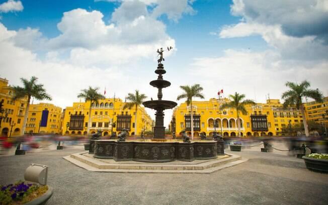 Capital do país, Lima possui casas noturnas, bares, entre outros estabelecimentos gay ou