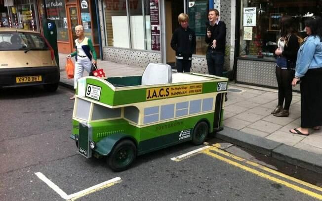 O ônibus pode ser de brinquedo, mas a multa por estacionar em local proibido não foi brincadeira.