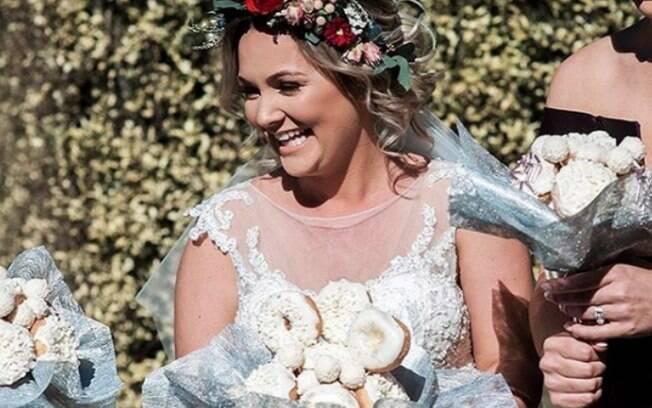 Noiva e madrinhas, que usaram o buquê de donuts, não tiveram tempo de comer as rosquinhas após a festa do casamento