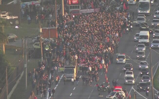 Um grupo de manifestantes contrário à reforma trabalhista protesta na pista marginal da Rodovia Anchieta