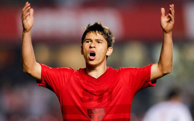 Osvaldo e nova camisa vermelha do São Paulo