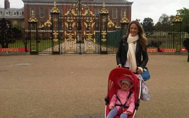 Ticiane Pinheiro e Rafaella em frente ao Palácio de Kensington