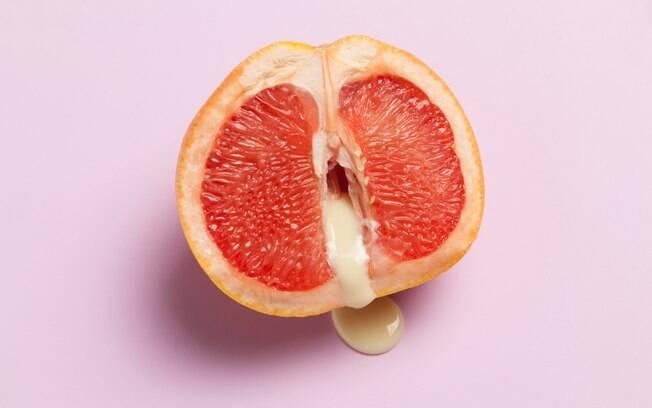fruta cortada ao meio dando alusão à vagina lubrificada