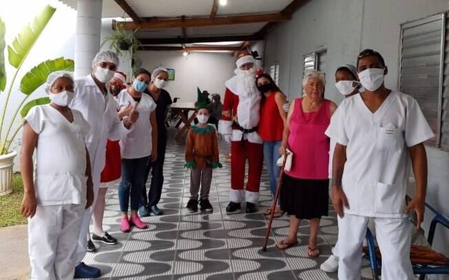 Vestidos de papai Noel, amigos fazem visitas e levam doaes a asilos