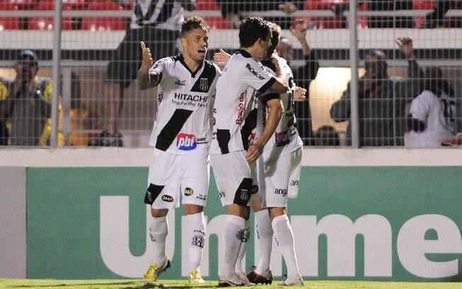 0da9da377a Uendel festeja com os companheiros após marcar gol da Ponte Preta. Foto   Rodrigo Villalba