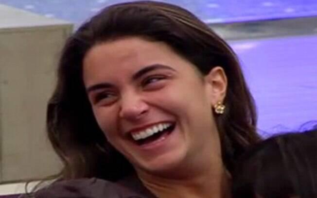 Laisa dá boas risadas enquanto conversa com Marta e Sindia