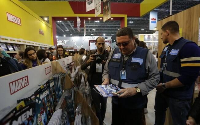 Fiscais da Prefeitura do Rio de Janeiro foram à Bienal do livro na sexta-feira (6) para recolher livros