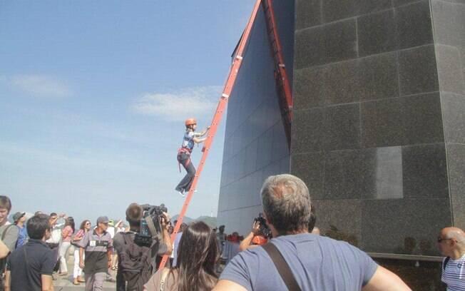 Eliana sobe no monumento carioca