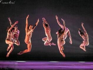 """""""Dançatores"""". Integrantes do coletivo italiano fazem fusão entre a dança, o teatro e o esporte para criar suas coreografias originais"""