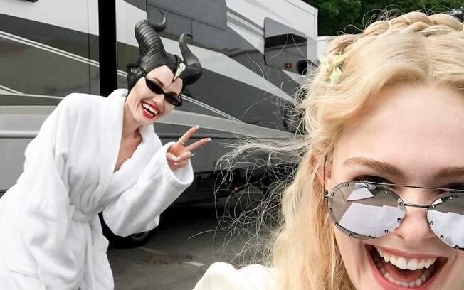 Elle Fanning e Angelina Jolie posam descontraídas nos bastidores de