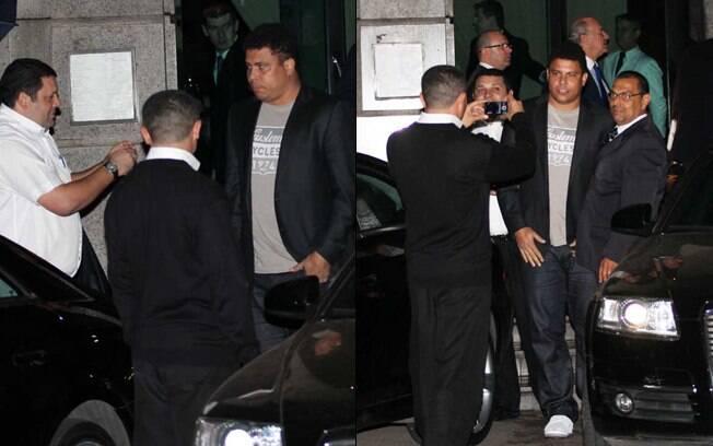 Fãs cercam Ronaldo na saída do restaurante