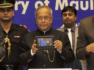 Shri Pranab Mukherjee, presidente da Índia mostra a nova versão do Aakash