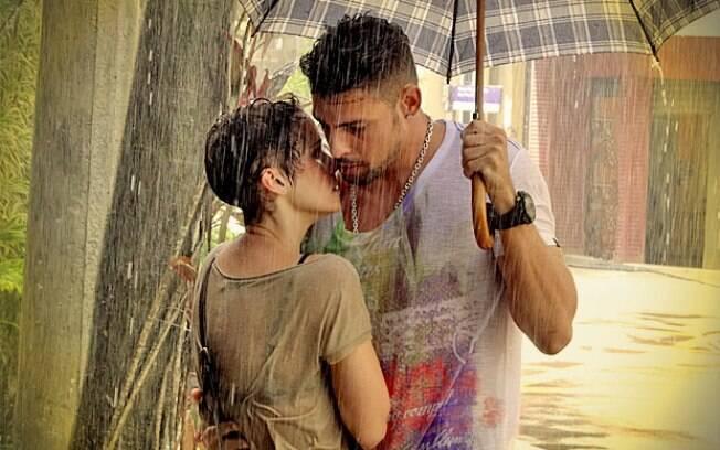 Jorginho protege Nina da chuva e os dois quase se beijam