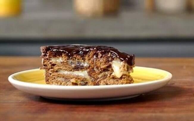 A base da torta é a deliciosa Chocolomba® Bauducco Mousse de Chocolate, que tem muito chocolate na cobertura, no recheio e também na massa fofinha.