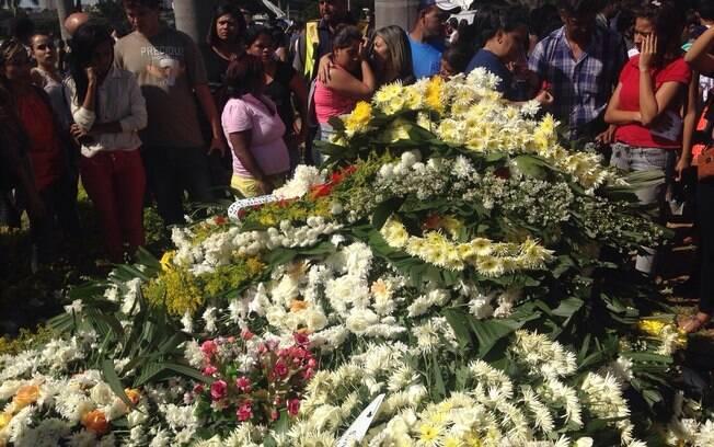 Fãs se emocionam no enterro de Cristiano Araújo. Foto: Clenon Ferreira/especial para o iG