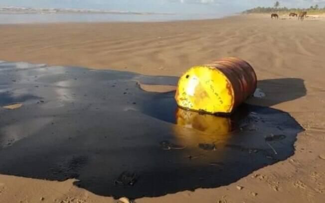Barril encontrado em Barra dos Coqueiros (SE) com óleo derramado