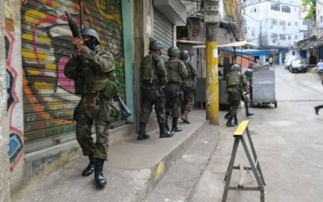 Soldados do Exército já auxiliam no cerco à favela da Rocinha, em São Conrado, na zona sul do Rio