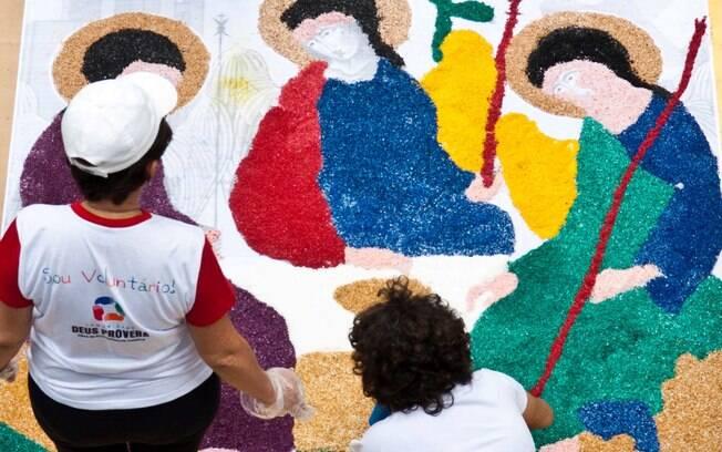 Artistas preparam tapetes de sal na Avenida Chile, na manhã desta quinta-feira (30), para as comemorações de Corpus Christi no Rio de Janeiro (RJ). Foto: Reynaldo Vasconcelos/Futura Press