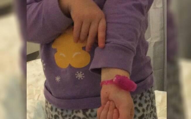 Após encontrar o anel peniano do namorado da tia, menina saiu toda feliz mostrando o seu novo relógio da cor rosa
