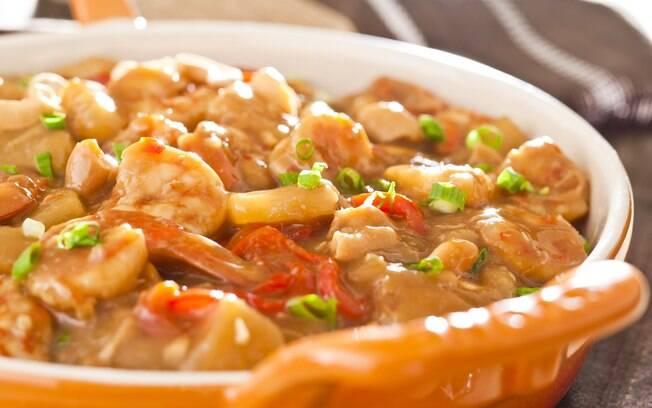 Foto da receita Camarões agridoces com abacaxi e castanha de caju pronta.