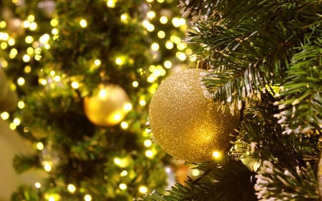 Na hora de montar a árvore de Natal e incluir o pisca-pisca, é necessário ter cuidado para evitar que os item peguem fogo