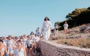 """Jared Leto surge rodeado de fãs ao fazer """"culto"""" de luxo"""