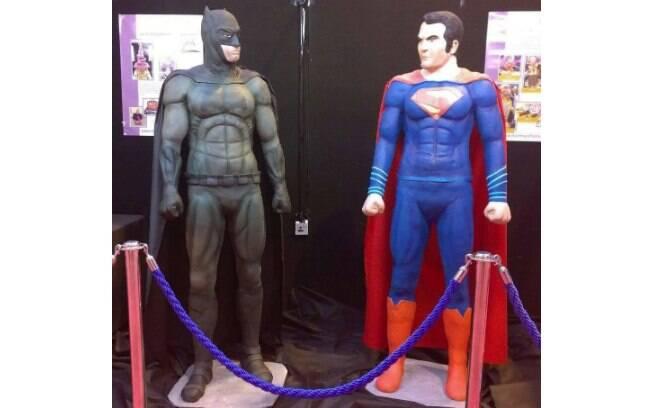 Confeiteira faz bolo em tamanho real do Batman e do Super-Homem