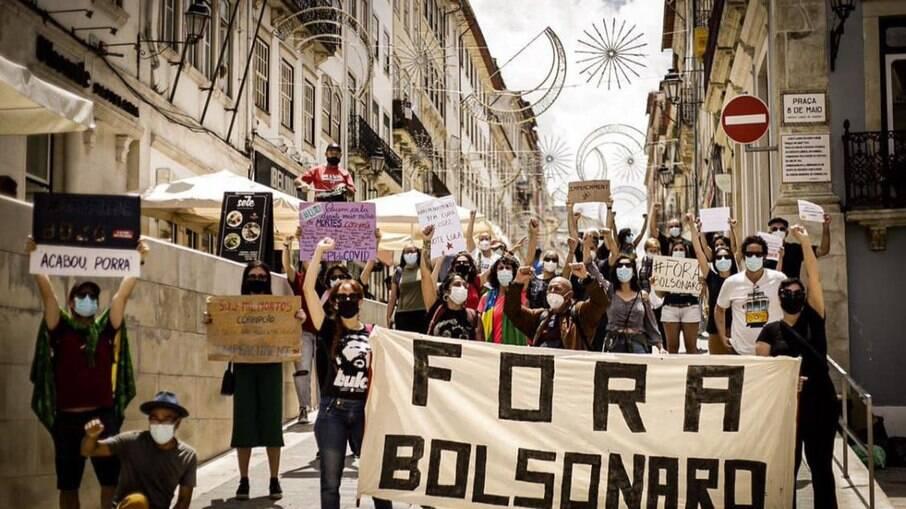 Em Coimbra, Portugal, protestos contra Bolsonaro tomam conta das ruas