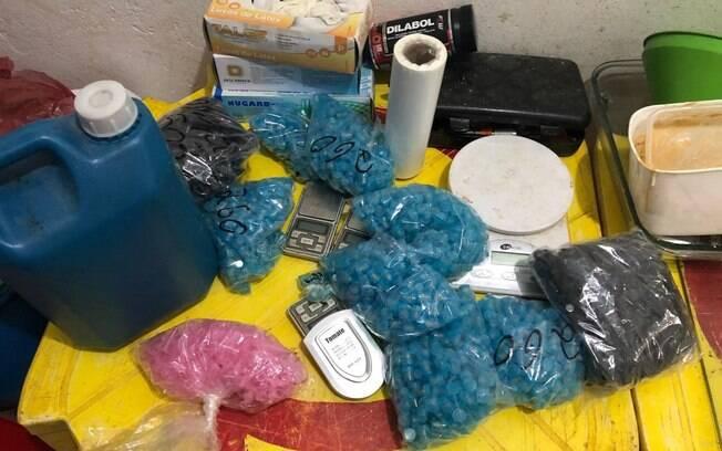 Equipes do Canil Central da PM e do COE apreenderam drogas prontas para venda