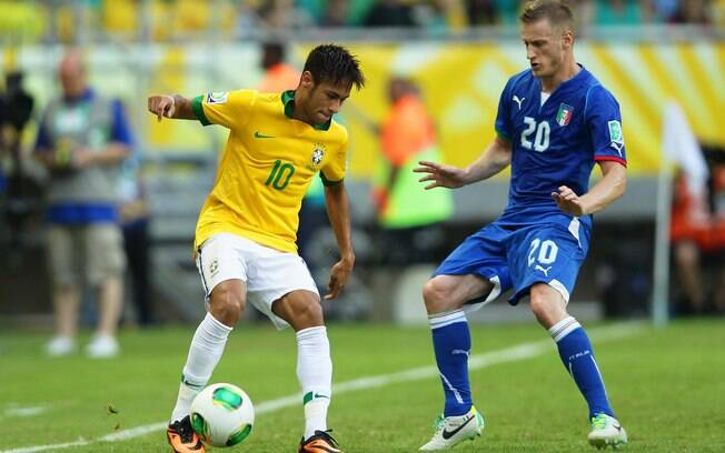 Neymar tenta passar pela marcação italiana