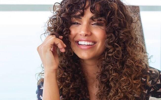 A atriz Giovana Cordeiro costuma compartilhar com seus fãs como é passar pelo processo de transição capilar