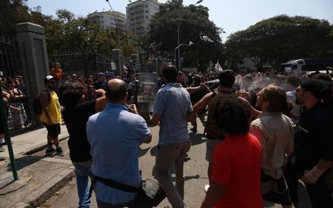 Protesto em frente ao Museu Nacional tem tensão e uso de spray contra manifestantes