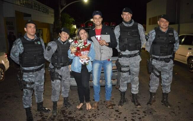 Rapaz estava com namorada quando foi propositalmente abordado pela polícia e fez proposta de casamento