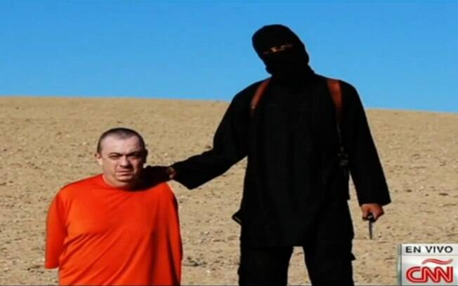 Refém britânico do Estado Islâmico antes de decapitação em área desértica (fev/2015). Foto: Reprodução/Youtube